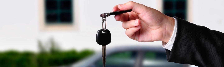בתמונה - יד של אדם מחזיקה מפתח של הרכב