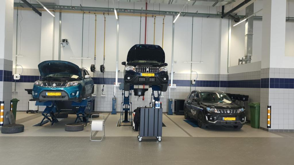 3 מכוניות בתוך המוסך